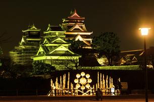 城 美しい夜空を背景にライトアップに輝く名城(熊本城) 城あかりの写真素材 [FYI04798295]