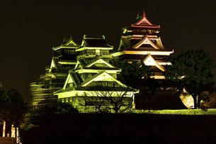 城 美しい夜空を背景にライトアップに輝く名城(熊本城)の写真素材 [FYI04798301]