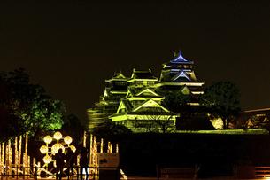 城 美しい夜空を背景にライトアップに輝く名城(熊本城)の写真素材 [FYI04798303]