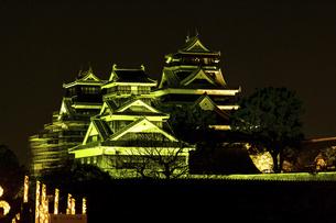 城 美しい夜空を背景にライトアップに輝く名城(熊本城)の写真素材 [FYI04798305]