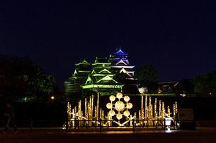 城 美しい夜空を背景にライトアップに輝く名城(熊本城) 城あかりの写真素材 [FYI04798307]