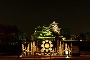 城 美しい夜空を背景にライトアップに輝く名城(熊本城) 城あかりの写真素材 [FYI04798308]