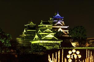 城 美しい夜空を背景にライトアップに輝く名城(熊本城)の写真素材 [FYI04798318]