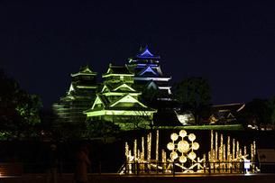 城 美しい夜空を背景にライトアップに輝く名城(熊本城) 城あかりの写真素材 [FYI04798326]