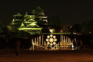 城 美しい夜空を背景にライトアップに輝く名城(熊本城)の写真素材 [FYI04798329]