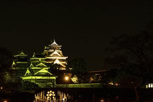 城 美しい夜空を背景にライトアップに輝く名城(熊本城)の写真素材 [FYI04798337]