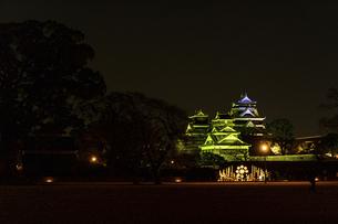 城 美しい夜空を背景にライトアップに輝く名城(熊本城)の写真素材 [FYI04798340]