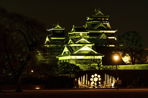 城 美しい夜空を背景にライトアップに輝く名城(熊本城) 城あかりの写真素材 [FYI04798342]