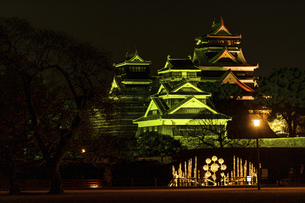城 美しい夜空を背景にライトアップに輝く名城(熊本城) 城あかりの写真素材 [FYI04798344]
