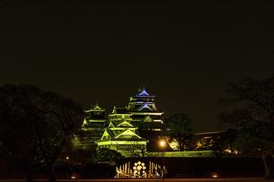 城 美しい夜空を背景にライトアップに輝く名城(熊本城)の写真素材 [FYI04798348]
