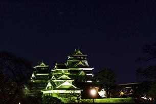 城 美しい夜空を背景にライトアップに輝く名城(熊本城)の写真素材 [FYI04798352]