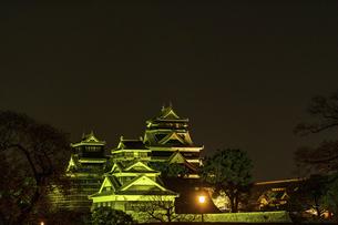 城 美しい夜空を背景にライトアップに輝く名城(熊本城)の写真素材 [FYI04798353]