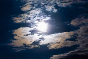 ドラマチックな朝の空の写真素材 [FYI04798458]