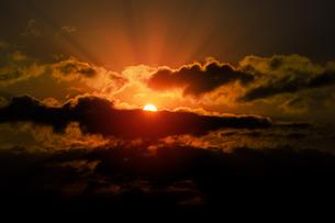 ドラマチックな朝の空の写真素材 [FYI04798467]
