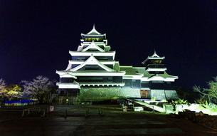 美しい夜空を背景に名城風景(熊本城)(ライトアップ)の写真素材 [FYI04798487]