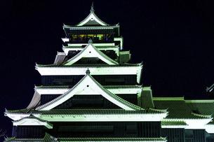 美しい夜空を背景に名城風景(熊本城)(ライトアップ)の写真素材 [FYI04798488]