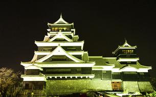 美しい夜空を背景に名城風景(熊本城)(ライトアップ)の写真素材 [FYI04798489]