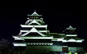 美しい夜空を背景に名城風景(熊本城)(ライトアップ)の写真素材 [FYI04798490]