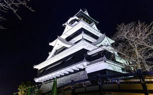 美しい夜空を背景に名城風景(熊本城)(ライトアップ)の写真素材 [FYI04798491]