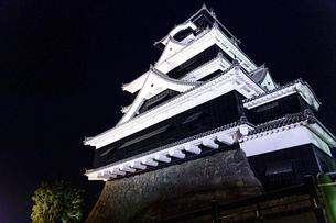 美しい夜空を背景に名城風景(熊本城)(ライトアップ)の写真素材 [FYI04798492]