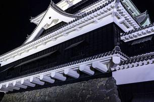 美しい夜空を背景に名城風景(熊本城)(ライトアップ)の写真素材 [FYI04798494]
