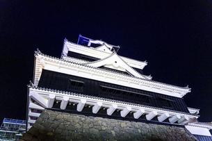 美しい夜空を背景に名城風景(熊本城)(ライトアップ)の写真素材 [FYI04798497]