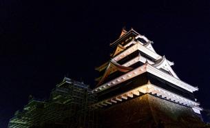 美しい夜空を背景に名城風景(熊本城)(ライトアップ)の写真素材 [FYI04798498]