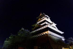 美しい夜空を背景に名城風景(熊本城)(ライトアップ)の写真素材 [FYI04798499]