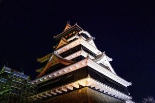 美しい夜空を背景に名城風景(熊本城)(ライトアップ)の写真素材 [FYI04798500]