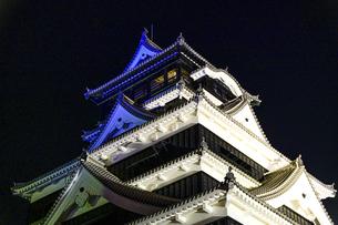 美しい夜空を背景に名城風景(熊本城)(ライトアップ)の写真素材 [FYI04798503]