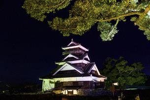 美しい夜空を背景に名城風景(熊本城)(ライトアップ)の写真素材 [FYI04798507]
