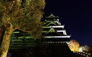 美しい夜空を背景に名城風景(熊本城)(ライトアップ)の写真素材 [FYI04798509]