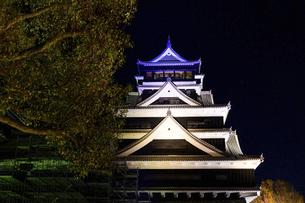 美しい夜空を背景に名城風景(熊本城)(ライトアップ)の写真素材 [FYI04798510]