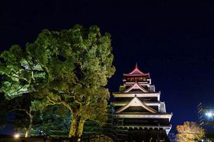 美しい夜空を背景に名城風景(熊本城)(ライトアップ)の写真素材 [FYI04798515]