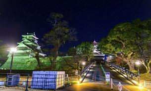 美しい夜空を背景に名城風景(熊本城)(ライトアップ)の写真素材 [FYI04798518]
