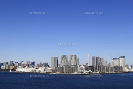 東京湾レインボーブリッジから見える晴海から勝どきにかけて建ち並ぶベイエリアのマンション群の風景の写真素材 [FYI04798547]