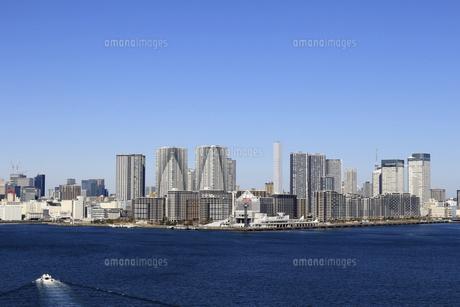 東京湾レインボーブリッジから見える晴海から勝どきにかけて建ち並ぶベイエリアのマンション群の風景の写真素材 [FYI04798548]