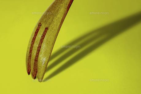 木製のフォークとその影の写真素材 [FYI04798557]