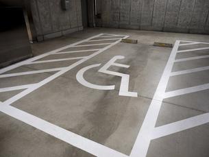 地下駐車場の優先エリアの写真素材 [FYI04798663]