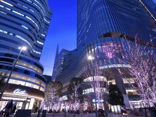 夕暮れの東京ミッドタウン日比谷の写真素材 [FYI04798701]