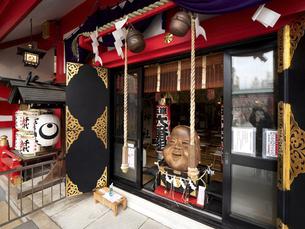 鷲神社の社殿となでおかめ 東京都の写真素材 [FYI04798716]