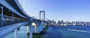 東京都 レインボーブリッジとビル群の写真素材 [FYI04798923]