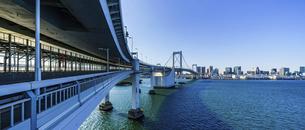 東京都 レインボーブリッジとビル群の写真素材 [FYI04798925]