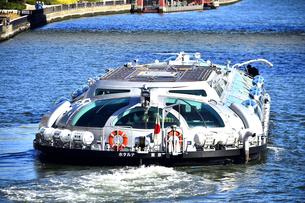 隅田川を渡る水上バスの写真素材 [FYI04798987]