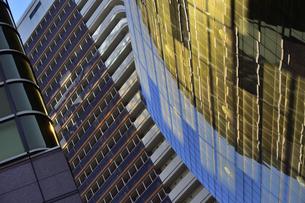 浅草水上バス乗り場付近の金色に輝くビルの写真素材 [FYI04798998]