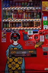 浅草仲見世通りに設置された舞妓さんの絵が描かれた飲料水の自動販売機の写真素材 [FYI04799004]