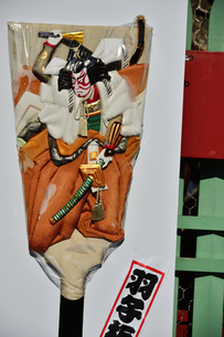 浅草寺宝蔵門に飾られていた歌舞伎の絵柄の大きな羽子板の写真素材 [FYI04799010]