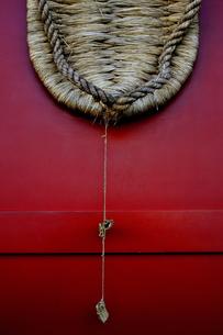 浅草寺宝蔵門に掲げられている大わらじ。仁王様の力を表している。山形県村山市の奉讃会によって10年に1度奉納されている。の写真素材 [FYI04799012]