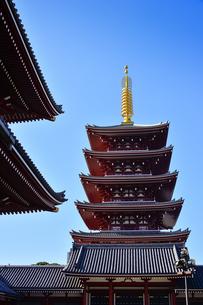 昭和48年(1973)に再建された浅草寺の五重塔。最上層には、スリランカのイスルムニヤ寺院から昭和41年(1966)に奉戴した仏舎利が納められているの写真素材 [FYI04799013]