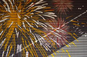 浅草仲見世通りの店舗のシャッターに描かれた隅田川の花火を模した絵の写真素材 [FYI04799014]